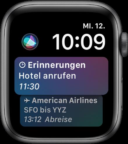 Das Siri-Zifferblatt mit einer News-Schlagzeile und einem Aktienpreis. Oben links im Bildschirm befindet sich die Siri-Taste.