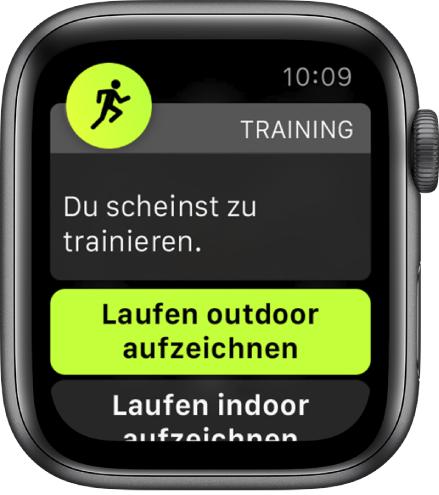 """Ein Bildschirm für die Trainingserkennung mit einem Hinweis wie etwa diesem: """"Es sieht so aus, als würdest du trainieren"""" gefolgt von einer Taste """"Outdoor-Lauf aufnehmen""""."""