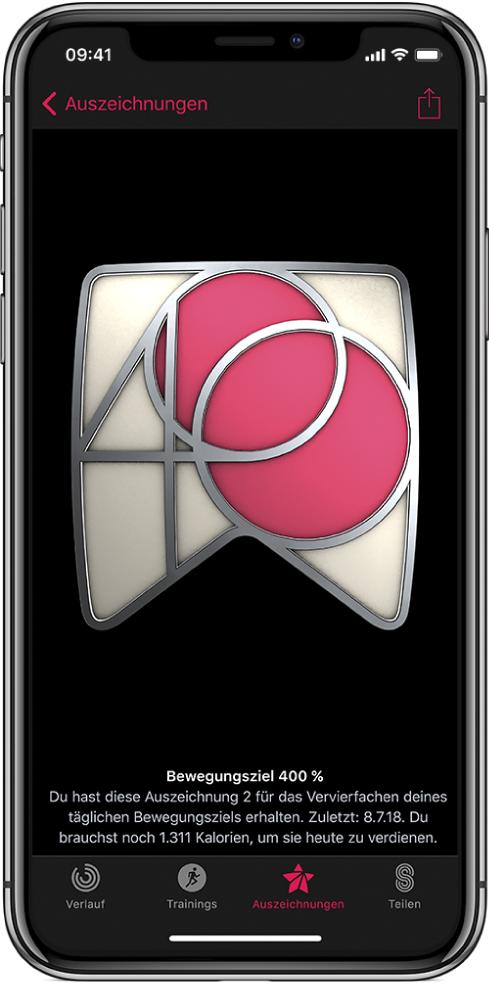 """Bildschirm der App """"Aktivität"""" auf dem iPhone mit dem Bereich für Auszeichnungen mit einer Auszeichnung in der Bildschirmmitte. Du kannst die Auszeichnung durch Ziehen drehen. Die Taste """"Teilen"""" befindet sich oben rechts."""