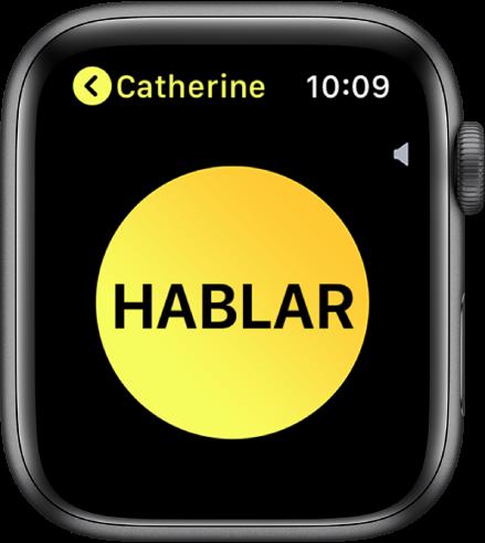 Pantalla de Walkie-talkie mostrando un botón que dice Hablar en el centro. El indicador de volumen aparece cerca de la parte superior derecha, y el nombre Tomás aparece en la esquina superior izquierda.