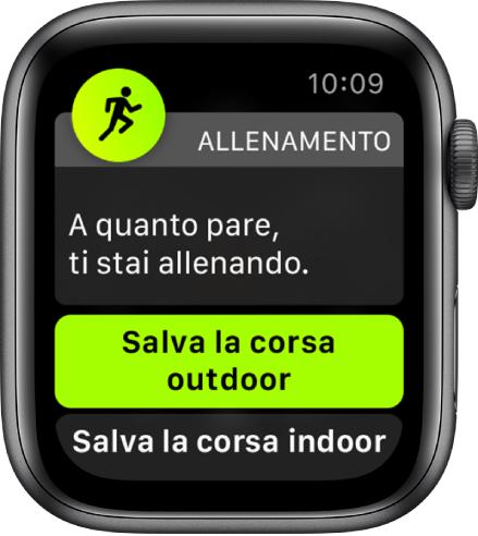 """Una schermata di rilevamento dell'allenamento contenente le parole """"A quanto pare, ti stai allenando"""" seguite da un pulsante con la scritta """"Salva la corsa outdoor""""."""