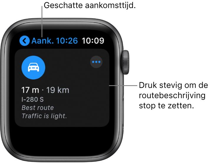 """De Kaarten-app met linksbovenin de geschatte aankomsttijd, met daaronder het adres, de reistijd in minuten, de reisafstand en de melding dat er weinig verkeer is. In het bijschrift bij het scherm staat """"Druk stevig om de routebeschrijving stop te zetten""""."""