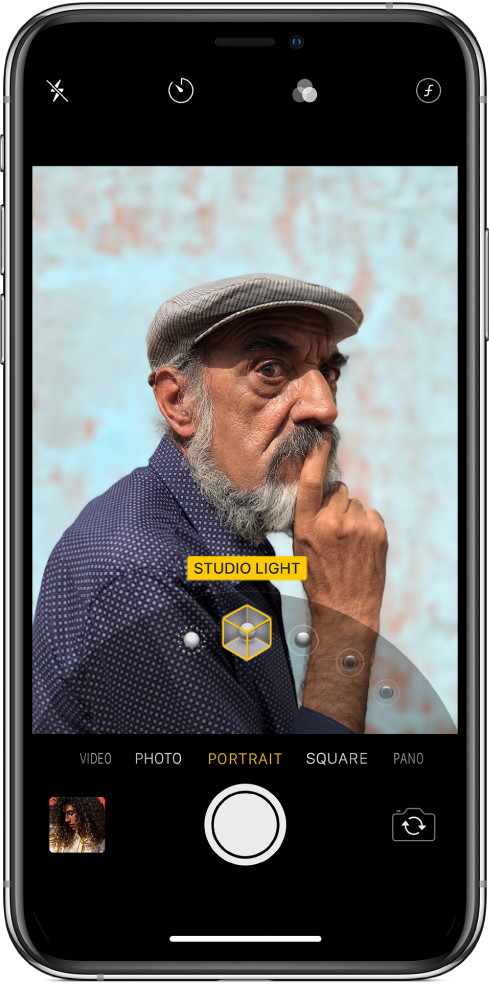 Екранът на Camera (Камера) с избран режим Portrait (Портрет). Във визьора полето показва, че Portrait Lighting (Портретно осветление) е настроено на Studio Light (Студийно осветление), а плъзгачът може да се изтегли, за да се промени осветлението.