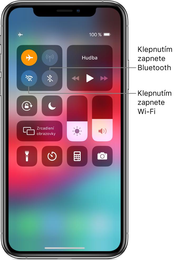 Ovládací centrum se zapnutým letovým režimem aspopisky, které vysvětlují, že klepnutím na levé dolní tlačítko ve skupině ovládacích prvků vlevo nahoře zapnete Wi‑Fi aklepnutím na tlačítko vpravo dole ve stejné skupině zapnete Bluetooth