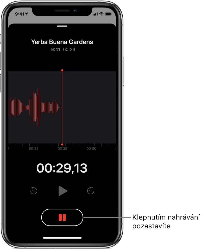 Obrazovka probíhajícího nahrávání vaplikaci Diktafon saktivním tlačítkem pauzy aztlumenými ovládacími prvky pro přehrávání apřeskočení o15 sekund dopředu ao15 sekund zpět. Vhlavní části obrazovky je vidět vlnový průběh vznikajícího záznamu spolu sukazatelem času.