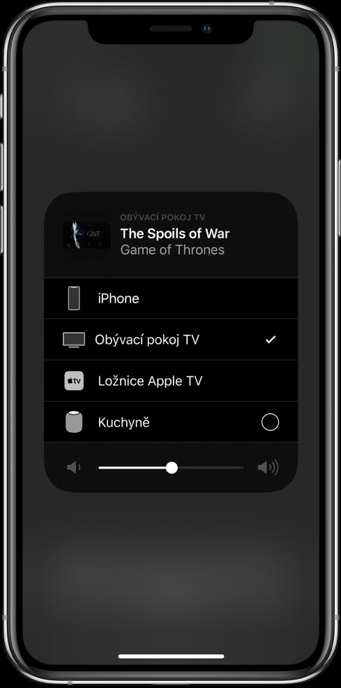 Otevřené okno AirPlay snázvem epizody televizního pořadu. Pod ním se nachází seznam zařízení AirPlay. Vseznamu je vybraný televizor vobývacím pokoji. Udolního okraje okna je vidět jezdec hlasitosti.