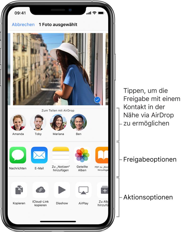 """Der Bildschirm """"Teilen"""" für AirDrop. Oben sind Fotos zu sehen, die du auswählen und teilen kannst. Darunter sind die Personen zu sehen, mit denen du Inhalte per AirDrop teilen kannst. In der Reihe darunter sind die Freigabeoptionen zu sehen, zum Beispiel """"Nachricht"""", """"Mail"""" und """"Geteilte Alben"""". Ganz unten werden Optionen für weitere Aktionen angezeigt, zum Beispiel """"Kopieren"""", """"Diashow"""" und """"AirPlay""""."""