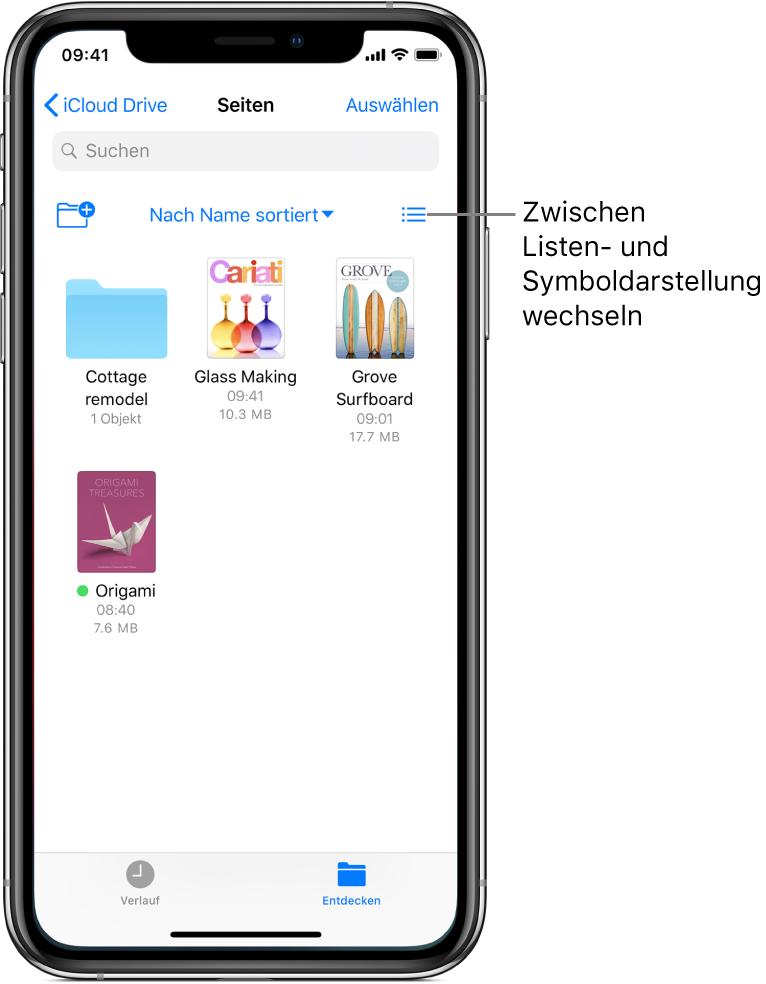 """Ein iCloud Drive-Speicherort für Pages-Dateien. Bei den nach Namen sortierten Objekten handelt es sich um den Ordner """"Cottage remodel"""" und die folgenden drei Dokumente: Glass Making, Grove Surfboard und Origami. Oben links wird ein Taste zum Hinzufügen eines Ordners angezeigt. Oben rechts ist eine Taste zum Umschalten zwischen der Listen- und der Symbolansicht zu sehen."""