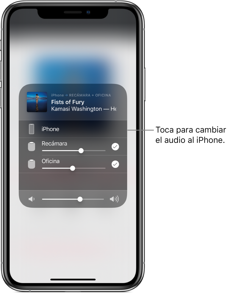 """Una ventana de AirPlay abierta mostrando el título de una canción y el nombre del artista en la parte superior, con un regulador de volumen en la parte inferior. Las bocinas de la recámara y la oficina están seleccionadas. Un texto señala al iPhone y dice """"Toca para cambiar el audio al iPhone""""."""