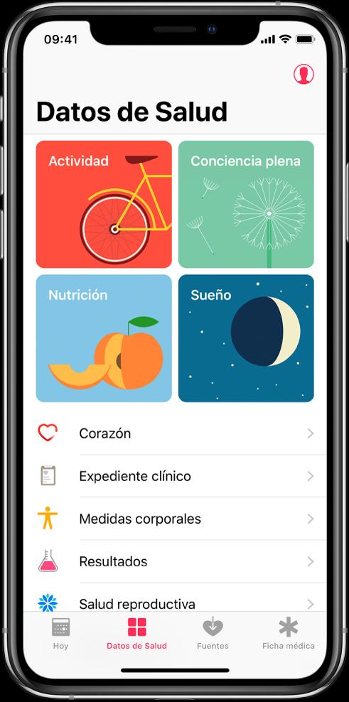 """La pantalla """"Datos de Salud"""" de la app Salud con las categorías Actividad, Conciencia plena, Nutrición y Sueño. El botón Perfil está en la parte superior derecha. En la parte inferior, de izquierda a derecha, se encuentran las pestañas Hoy, Datos de Salud, Fuentes y Ficha médica."""