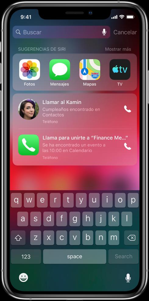 """Pantalla de búsqueda con una fila de apps debajo de la etiqueta """"Sugerencias de Siri"""". Debajo de la fila, hay otras sugerencias de Siri para llamar a una amiga por su cumpleaños y para participar por teléfono en una reunión encontrada en el calendario."""
