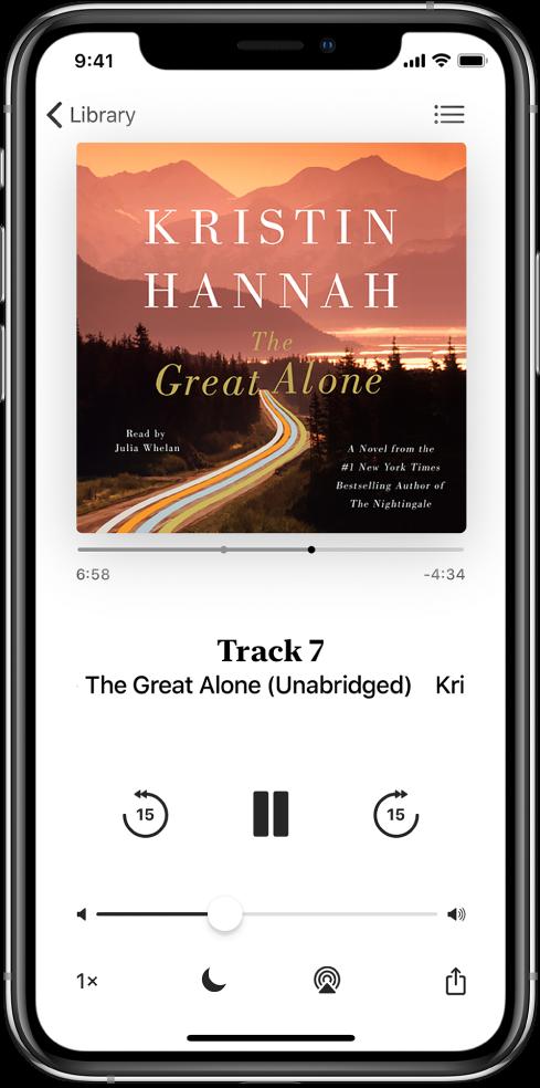 Audioraamatu esituskuva koos audioraamatu kaanega ülaosas. Kaane all on esituskursor, loo number, autor ja audioraamatu nimi, esitamise, peatamise ning edasi ja tagasi liikumise nupud. Ekraani allosas on (vasakult paremale) nupud Playback Speed, Sleep Timer, Playback Destination ja Share. Üleval paremal on nupp Track List ning üleval vasakul nupp Close.