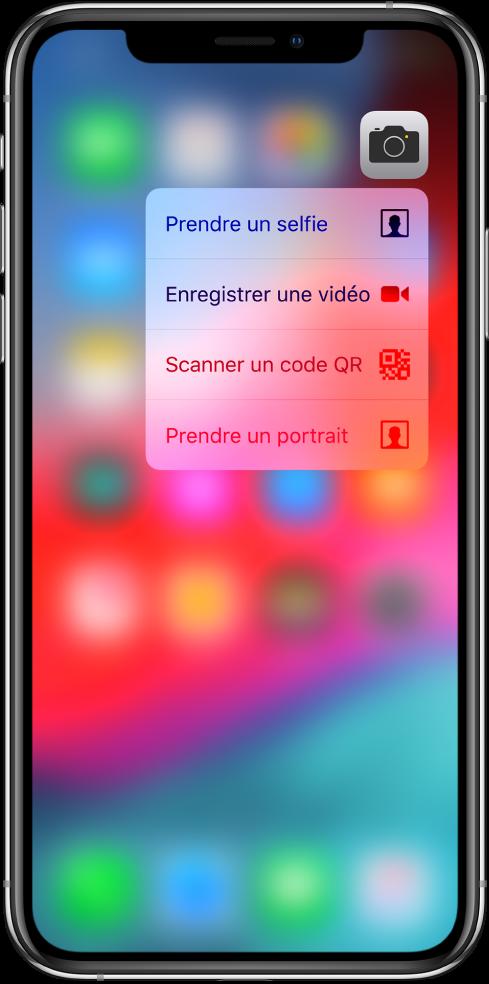 L'écran d'accueil flouté, avec le menu des actions rapides de l'appareil photo s'affichant sous l'icône de l'appareil photo.