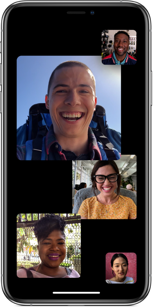 Un écran FaceTime affichant cinq personnes dans un appel FaceTime en groupe, chacune dans une fenêtre distincte.