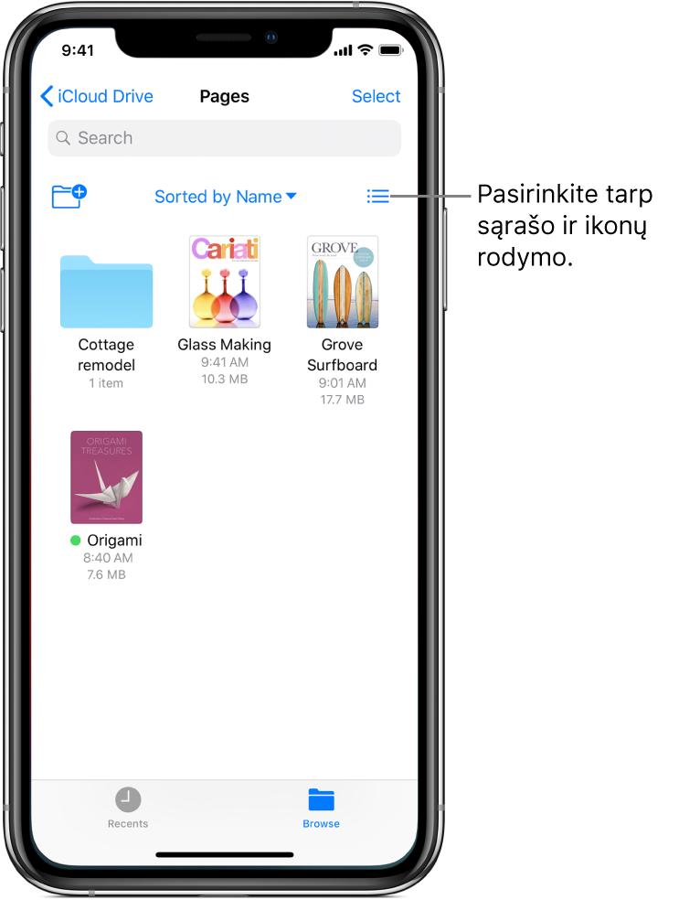 """""""iCloudDrive"""" vieta, skirta """"Pages"""" failams. Elementai rikiuojami pagal pavadinimą ir jie sudaro aplanką """"Cottage remodel"""" ir tris dokumentu: """"Glass Making"""", """"Grove Surfboard"""" ir """"Origami"""". Mygtukas, skirtas įtraukti aplanką, rodomas viršuje kairėje, ir mygtukas, skirtas perjungti sąrašo ir piktogramų rodinius, rodomas viršuje dešinėje."""