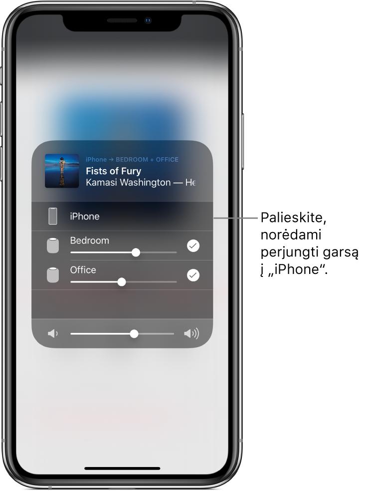 """Atidarytas """"AirPlay"""" langas ir jo viršuje rodomas dainos pavadinimas ir atlikėjo vardas, o apačioje – garso slankiklis. Pasirinkti miegamojo ir biuro garsiakalbiai. Paaiškinimas """"Palieskite, norėdami perjungti garsą į """"iPhone"""" rodo į """"iPhone""""."""