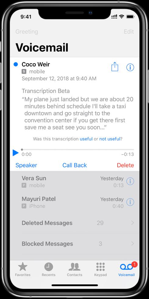 """""""Voicemail"""" ekranas. Ekrano viršuje yra pavadinimo juosta su mygtukais """"Greeting"""" kairėje ir """"Edit"""" dešinėje. Toliau, po pavadinimo juosta, yra balso pašto pranešimus palikusių skambintojų sąrašas. Mėlynas taškas reiškia, kad pranešimas neperklausytas. Palietus pranešimą, pasirodo atkūrimo valdikliai, kartu su mygtukais """"Speaker"""", """"Call Back"""" ir """"Delete"""". Pasirinkus mygtuką """"Info"""" skambintojo kontaktinė informacija, jei ji pasiekiama, pateikiama prie kiekvieno pranešimo."""