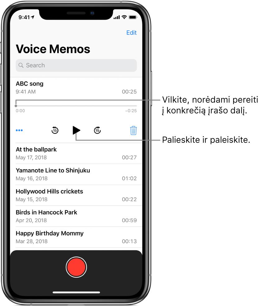 """""""Voice Memos"""" sąrašo ekranas su viršuje rodomu pasirinktu įrašu. Įrašymo laiko juostoje yra grojimo žyma ir pradžios bei pabaigos laikai abiejuose galuose. Žemiau laiko juostos yra mygtukas """"More"""", kurį galite paliesti, norėdami redaguoti, dubliuoti arba bendrinti įrašą, peršokimo atgal 15 sek. mygtukas, atkūrimo mygtukas, peršokimo pirmyn 15 sek. mygtukas ir ištrynimo mygtukas. Žemiau šių valdiklių yra įrašų sąrašas, kuriuos galima atidaryti paliečiant."""