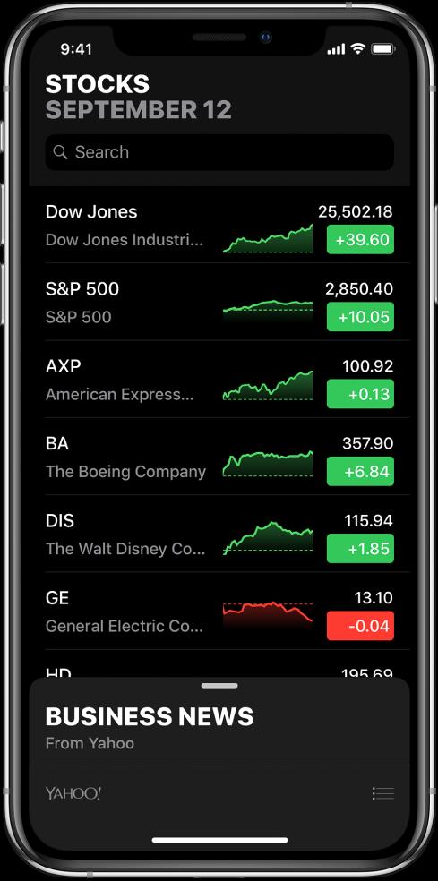 """Stebėjimo sąrašas, kuriame rodomos įvairios akcijos. Kiekvienai akcijai sąraše iš kairės į dešinę rodoma akcijų simbolis ir pavadinimas, rezultatų diagrama, akcijų kaina ir kainos pokytis. Ekrano viršuje virš stebėjimo sąrašo yra paieškos laukas. Po stebėjimo sąrašu yra """"Business News"""" juosta; braukite ties ja aukštyn, norėdami peržiūrėti istorijas."""