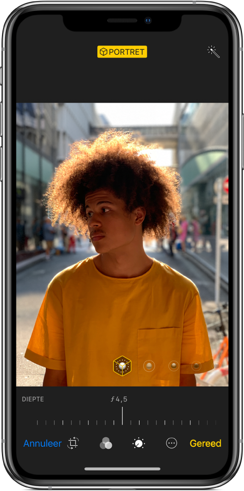 Het scherm 'Wijzig' van een portretfoto. De foto bevindt zich in het midden van het scherm en onder de foto bevindt zich een schuifknop om de diepteregeling aan te passen. Onder de schuifknop bevinden zich van links naar rechts de knoppen 'Annuleer', 'Snij bij', 'Filters', 'Timer', 'Meer' en 'Gereed'.