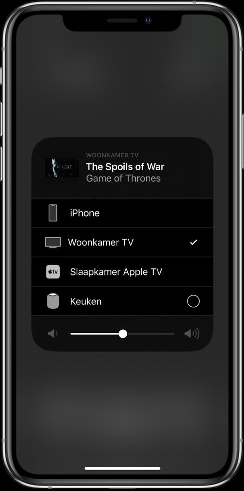 Een geopend AirPlay-venster met een titel van een aflevering van een televisieprogramma. Daaronder staat een lijst met Airplay-apparaten. De tv in de woonkamer is geselecteerd. Onder in het venster is een volumeschuifknop te zien.