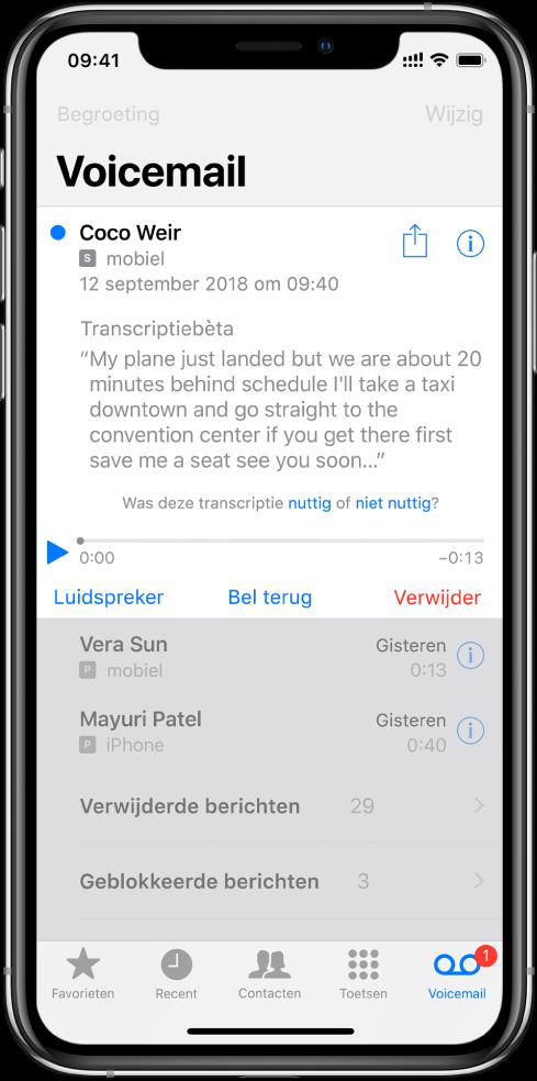 Het Voicemail-scherm. Boven in het scherm bevindt zich de titelbalk met links de knop 'Begroeting' en rechts de knop 'Wijzig'. Onder de titelbalk staat een lijst met bellers die een voicemailbericht hebben achtergelaten. Een blauwe stip geeft aan dat een bericht nog niet is beluisterd. Wanneer je op een bericht tikt, komen afspeelregelaars en de knoppen 'Luidspreker', 'Bel terug' en 'Verwijder' tevoorschijn. Een informatieknop voor elk bericht waarmee je de contactgegevens voor de beller kunt bekijken (indien beschikbaar).