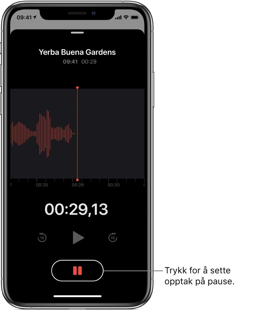 Taleopptak-skjermen viser et pågående opptak, med en aktiv Pause-knapp og nedtonede kontroller for å spille av, hoppe 15 sekunder framover og hoppe 15 sekunder bakover. Hoveddelen av skjermen viser bølgeformen for det pågående opptaket, samt en tidsindikator.