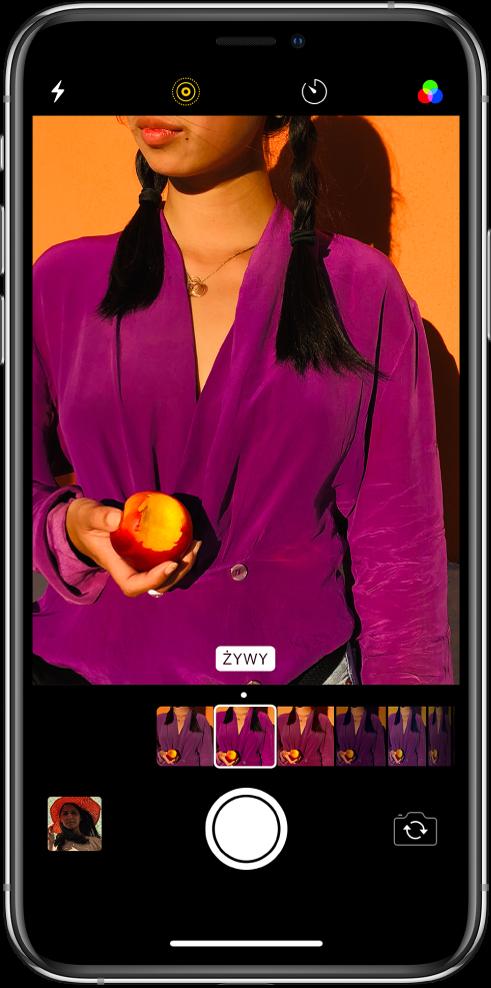 Widok filtrów aplikacji Aparat. Szereg filtrów jest wyświetlany jako miniaturki pod zdjęciem. Wybrany filtr ma kwadratową ramkę.