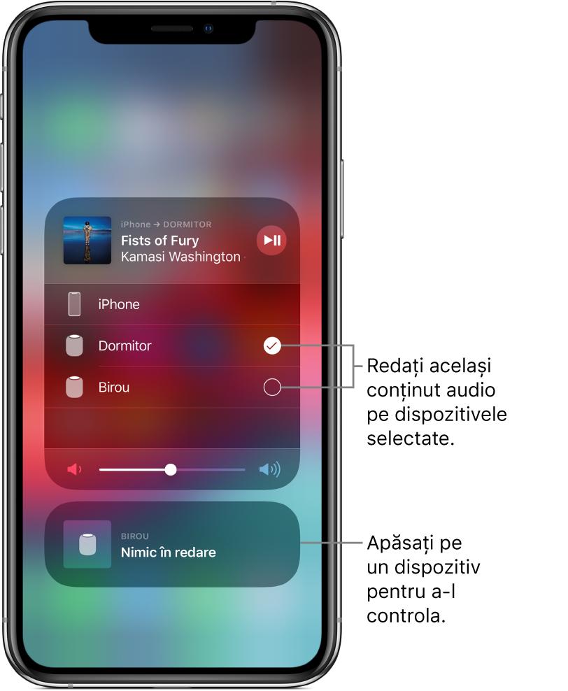 """Ecran AirPlay cu două fișe. Fișa audio deschisă pentru iPhone se află în partea de sus și prezintă titlul și artistul unei melodii. Fișa prezintă două difuzoare – din dormitor și din birou, iar difuzorul din dormitor este selectat. O explicație indică spre cele două difuzoare și are textul """"Redați același conținut audio pe dispozitivele selectate"""". Un glisor de volum apare în partea de jos a fișei deschise. În partea de jos a ecranului se află o fișă închisă pentru difuzorul din birou, pe care se afișează Nimic în redare. O explicație indică spre fișa închisă din partea de jos și are textul """"Apăsați un dispozitiv pentru a‑l controla."""""""