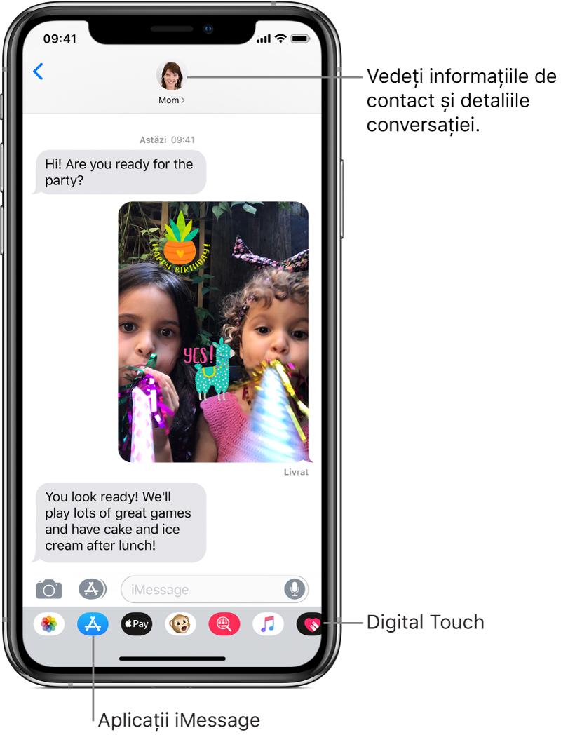 Conversația prin mesaje. În partea de sus, de la stânga la dreapta, se află butonul Înapoi și poza persoanei căreia îi trimiteți mesaje. În centru se află mesajele trimise și primite în timpul conversației. În partea de jos, de la stânga la dreapta, se află butoanele Poze, Store, Apple Pay, Animoji, Imagini hashtag, Muzică și Digital Touch.