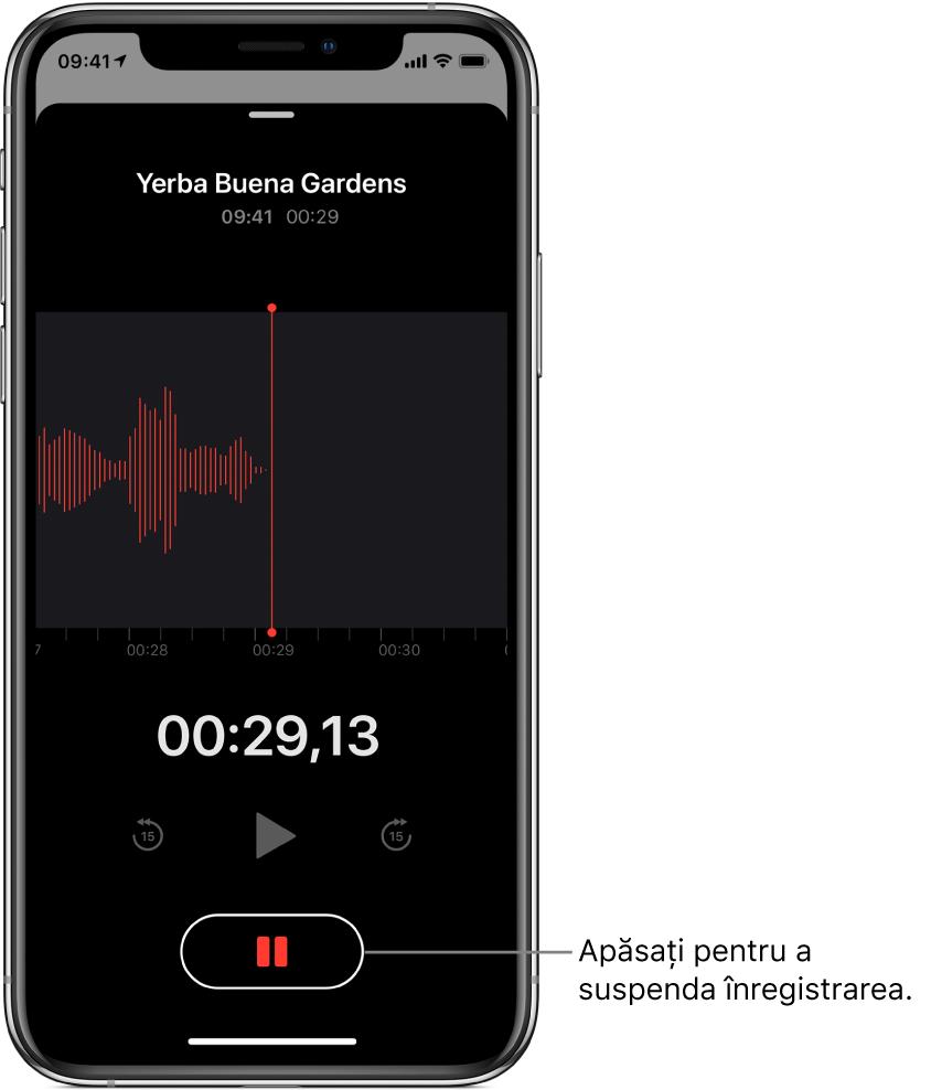 Ecran Memouri vocale prezentând o înregistrare în desfășurare, cu un buton Suspendați activ și comenzi estompate pentru redare, salt înainte cu 15 secunde și salt înapoi cu 15 secunde. Partea principală a ecranului prezintă forma de undă a înregistrării aflate în desfășurare, alături de un indicator al timpului.