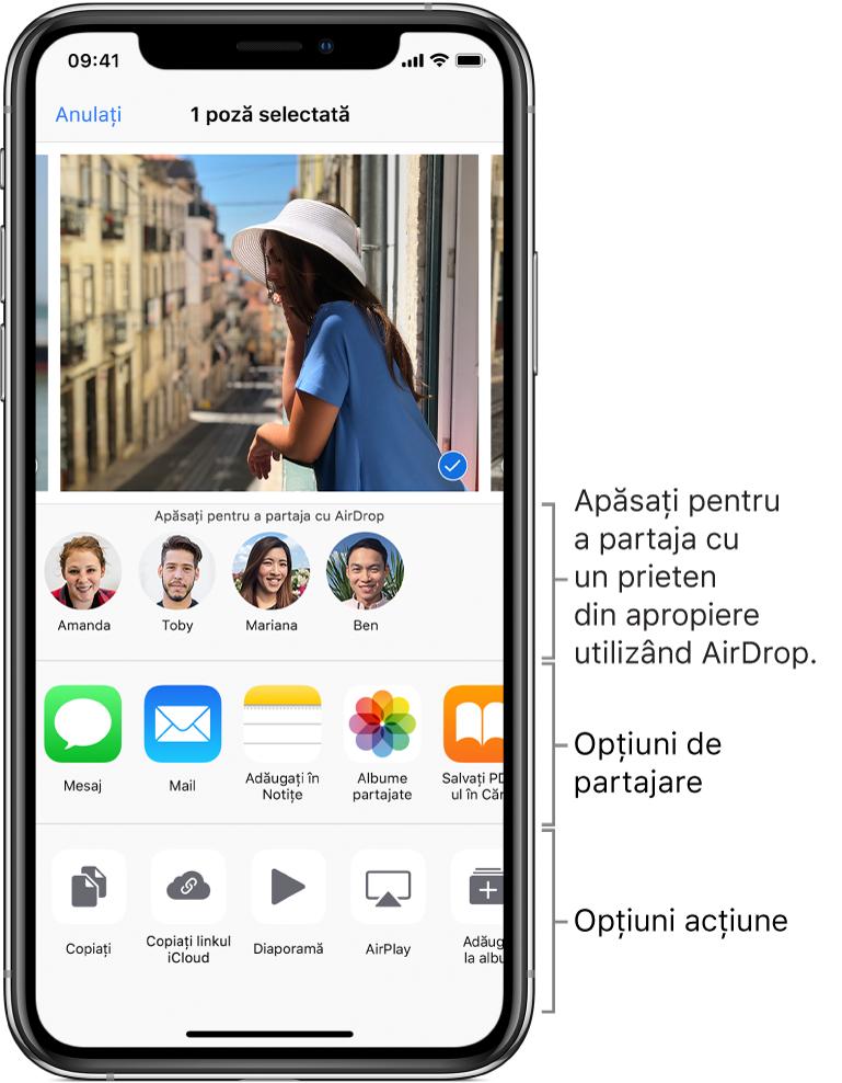 Ecranul de partajare AirDrop. În partea de sus sunt pozele de selectat și partajat. Dedesubt sunt persoanele cu care puteți partaja folosind AirDrop. Rândul următor afișează opțiunile de partajare, inclusiv Mesaj, Mail, Albume partajate etc. Rândul de jos afișează alte acțiuni, inclusiv Copiați, Diaporamă și AirPlay.