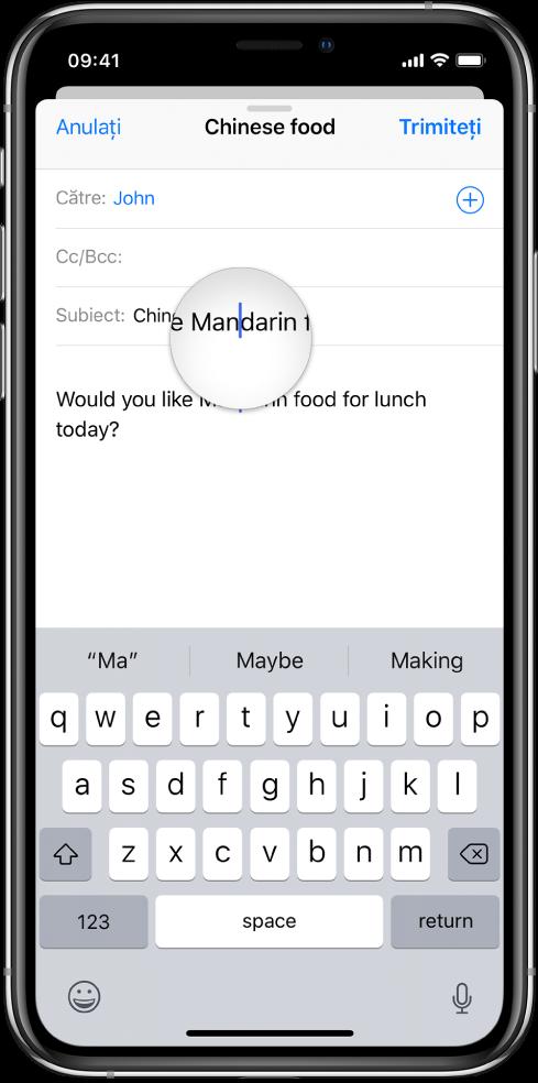 Un deget atingând ecranul pentru a obține o vizualizare mărită a textului și punctul de inserare.