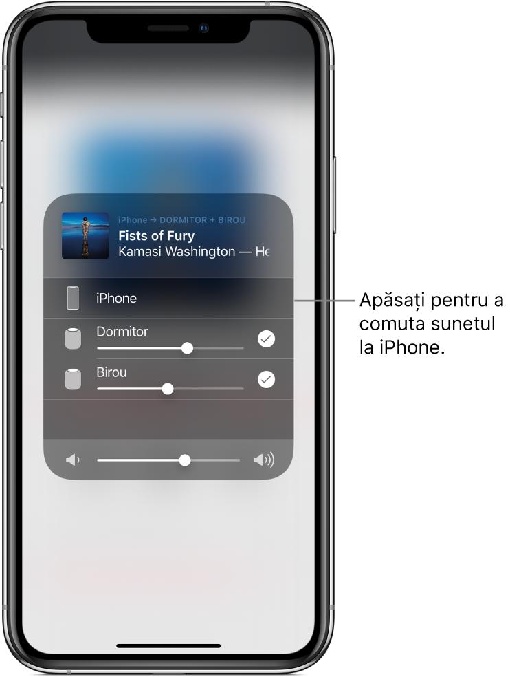 """O fereastră AirPlay este deschisă și prezintă titlul unei melodii și numele unui artist în partea de sus, cu un glisor de volum în partea de jos. Sunt selectate difuzoarele din dormitor și birou. O explicație indică iPhone-ul și are textul """"Apăsați pentru a comuta sunetul pe iPhone""""."""