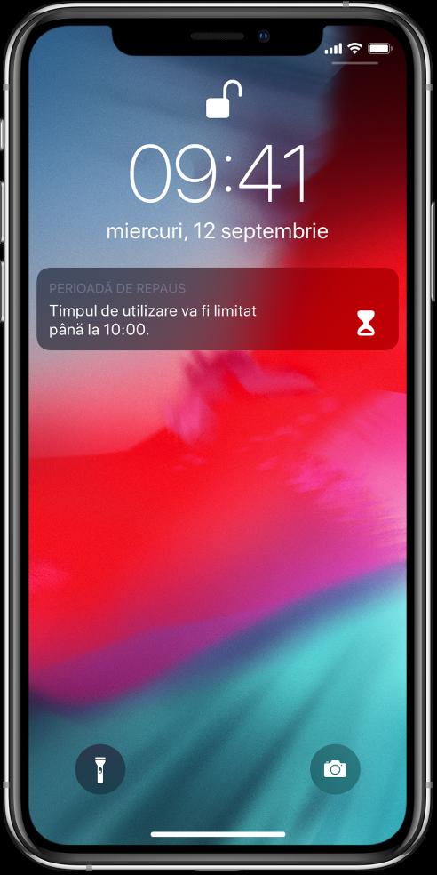 Ecranul de blocare al iPhone-ului afișând o notificare Perioadă de repaus conform căreia timpul de utilizare este limitat până la 10:00 a.m.
