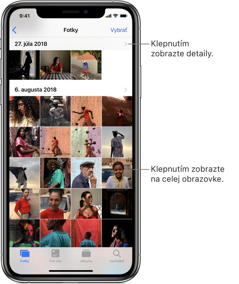 Apka Fotky, naspodku obrazovky sú zľava doprava taby Fotky, Pre vás, Albumy aVyhľadať. Je vybraný tab Fotky ana obrazovke sú zobrazené miniatúry fotiek vmriežke zoskupené podľa momentov. Nad každým momentom je dátum, kedy boli fotky spravené. Klepnutím na dátum zobrazíte podrobnosti momentu. Klepnutím na miniatúru fotky ju zobrazíte na celej obrazovke.