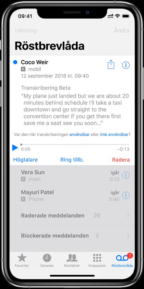 Röstbrevlådeskärmen. Högst upp på skärmen finns rubrikraden med hälsningsknappen till vänster och redigeringsknappen till höger. Under rubrikraden finns en lista med de som lämnat röstmeddelanden. En blå punkt visar att du inte lyssnat på meddelandet än. När du trycker på ett meddelande visas uppspelningsreglage och knapparna Högtalare, Ring tillb. och Radera. En infoknapp för varje meddelande visar kontaktinformation för den som ringer upp, om sådan information finns.