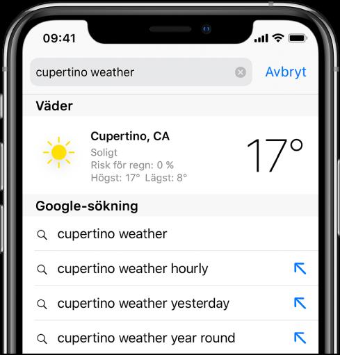 """Överst på skärmen finns Safari-sökfältet med texten """"cupertino weather"""". Under sökfältet visar en träff från appen Väder det aktuella vädret och temperaturen för Cupertino. Under det finns Google-sökträffar, som """"cupertino weather"""", """"cupertino weather hourly"""", """"cupertino weather yesterday"""" och """"cupertino weather year round"""". Till höger om varje träff finns en blå pil som länkar till den specifika sökträffsidan."""