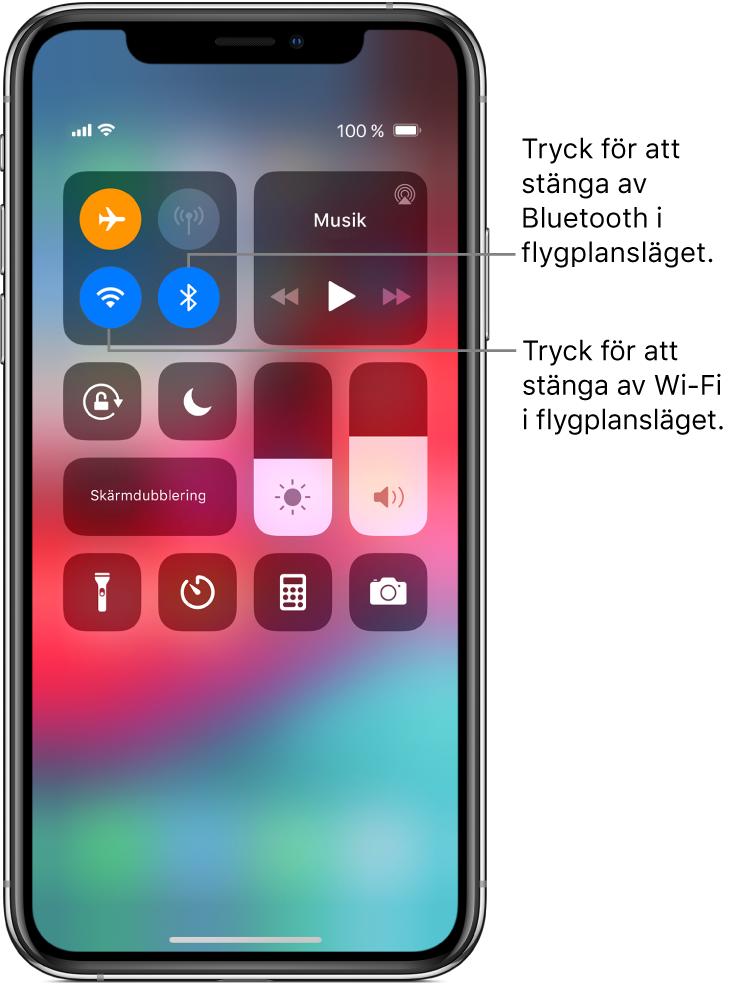 Kontrollcenter med flygplansläge påslaget och pilar som förklarar att du kan stänga av Wi-Fi genom att trycka på den nedre vänstra knappen i den övre vänstra reglagegruppen, och Bluetooth genom att trycka på den nedre högra knappen i samma grupp.