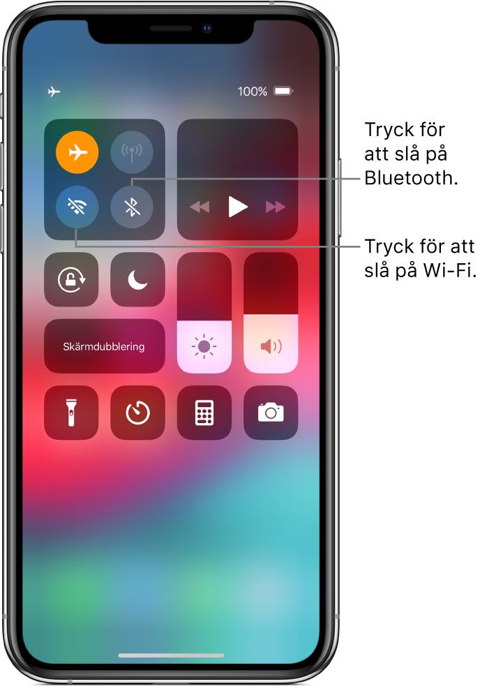 Kontrollcenter med flygplansläge påslaget och pilar som förklarar att du kan slå på Wi-Fi genom att trycka på den nedre vänstra knappen i den översta reglagegruppen till vänster, och Bluetooth genom att trycka på knappen i det nedre högra hörnet i samma grupp.