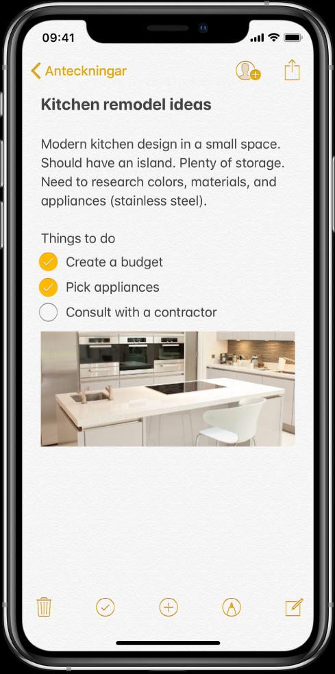 En anteckning som visar text om idéer till köksrenovering samt en att göra-lista. Det finns knappar för att samarbeta med andra på anteckningen, och för att dela anteckningen. Längst ned finns knappar för att radera anteckningen, starta en checklista, lägga till en bilaga, lägga till märkning och skapa en ny anteckning.