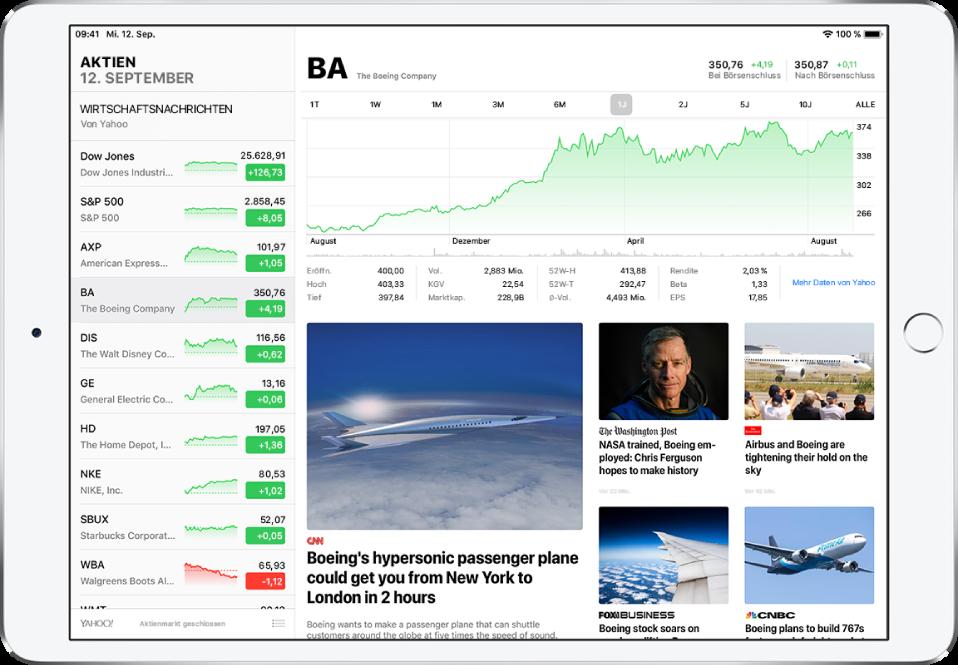 """Ein Bildschirm der App """"Aktien"""" auf einem iPad im Querformat. Die Aktienliste befindet sich links. Rechts neben der Aktienliste ist das interaktive Diagramm einer einzelnen Aktie zu sehen, das die Kursentwicklung der Aktie über einen bestimmten Zeitraum veranschaulicht und weitere Details der Aktie umfasst. Unter dem Diagramm sind Wirtschaftsnachrichten aus verschiedenen Quellen zu sehen, die Bezug zur ausgewählten Aktie haben."""