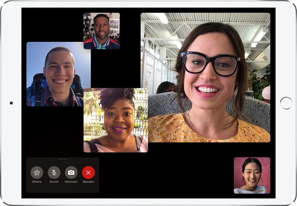 Bildschirm eines FaceTime-Gruppenanrufs mit fünf Personen, von denen jede in einem separaten Fenster angezeigt wird.