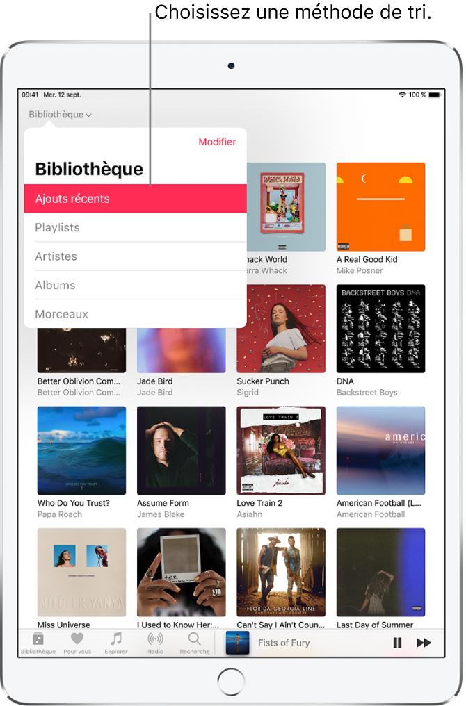 L'écran Bibliothèque, affichant les albums de la bibliothèque. En haut à gauche, le menu Bibliothèque est ouvert et affiche les options Ajouts récents, Playlists, Artistes, Albums et Morceaux (l'option Ajouts récents est sélectionnée). Le lecteur se trouve en bas à droite.
