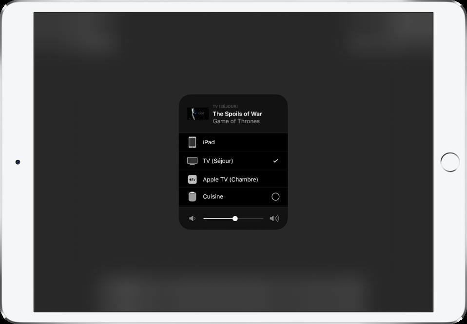 Une fenêtre AirPlay est ouverte et affiche le titre d'un épisode d'une sérieTV. En dessous se trouve une liste des appareils AirPlay. Le téléviseur du salon est sélectionné. Un curseur de volume se trouve en bas de la fenêtre.