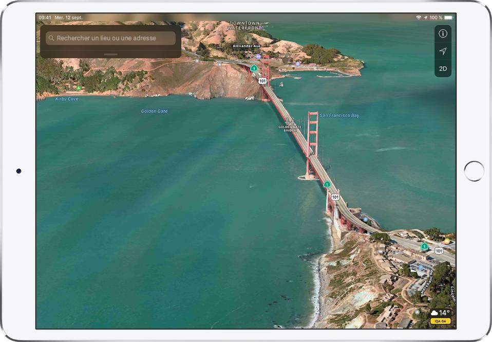 Un plan satellite en 3D de la zone autour du pont du GoldenGate. Parmi les éléments identifiés, il y a le pont du GoldenGate au centre et la baie de SanFrancisco à sa gauche. Les commandes s'affichent en haut à droite, tandis qu'une icône de météo avec un relevé de température et un indice de qualité de l'air s'affichent en bas à droite.