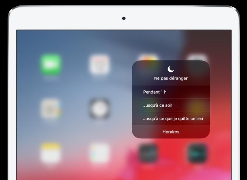 Le menu «Ne pas déranger» sélectionné dans le Centre de contrôle. Le menu affiche des options permettant d'activer «Ne pas déranger» pendant une heure, jusqu'au soir, jusqu'à ce que vous quittiez un lieu ou selon un programme.