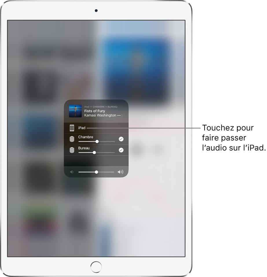 Une fenêtre AirPlay est ouverte et affiche le titre d'un morceau et le nom de l'artiste en haut, avec un curseur de volume en bas. Les haut-parleurs de la chambre et du bureau sont sélectionnés. Une légende montrant un iPad sur lequel est affiché: «Touchez pour passer le son sur l'iPad».