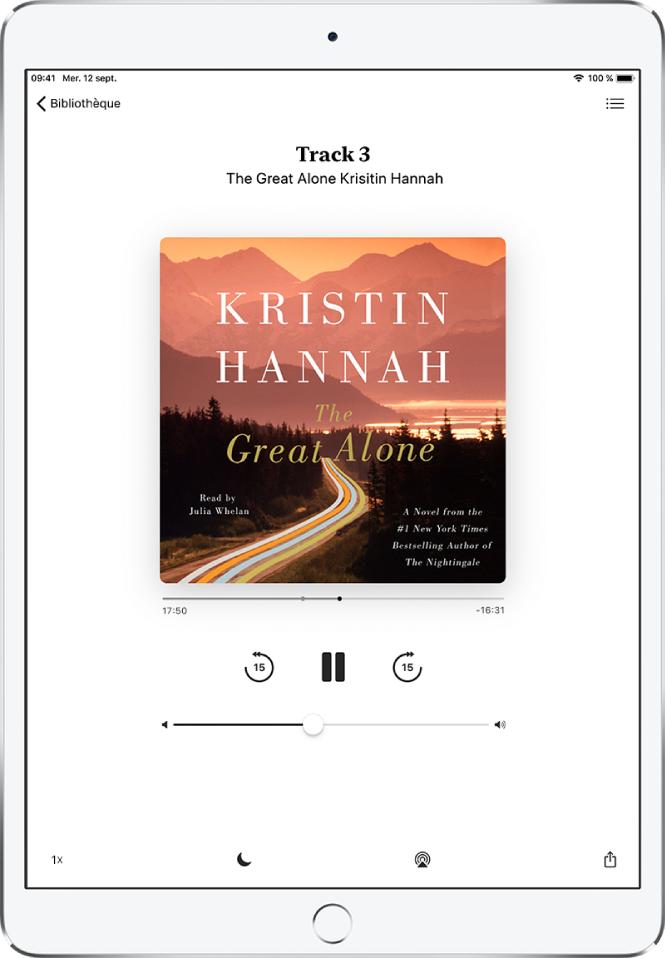 L'écran du lecteur de livre audio affichant la couverture du livre audio. En dessous se trouvent la tête de lecture, le numéro de piste, l'auteur et le nom du livre audio, ainsi que les commandes de lecture, de pause, d'avance et de retour. En bas de l'écran, de gauche à droite: le bouton de vitesse de lecture, le bouton de minuterie de veille, le bouton de destination pour la lecture et le bouton de partage. Le bouton de liste des pistes se trouve en haut à droite, tandis que le bouton de fermeture du livre se situe en haut à gauche.