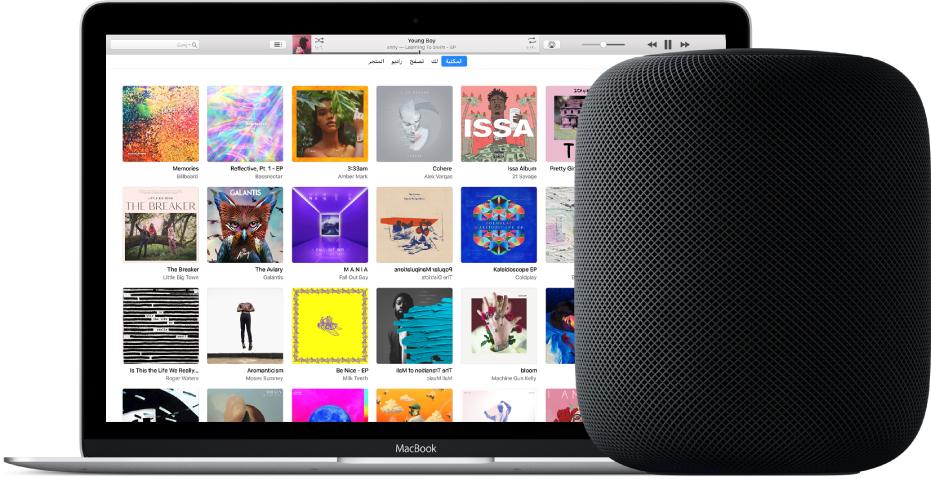 MacBook يظهر به iTunes على الشاشة بجانب HomePod قريب.